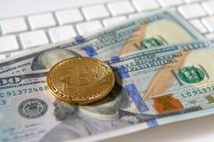 Монетка Bitcoin золотые и предпосылка доллара Стоковое Фото