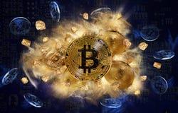 Монетка Bitcoin и насыпь золотых самородков стоковое фото