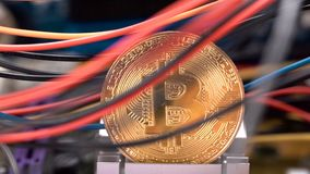 Монетка Bitcoin, красочные кабели и PCB платы с печатным монтажом акции видеоматериалы