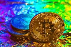 Монетка bitcoin Cryptocurrency физическая золотая на красочной предпосылке Стоковые Изображения