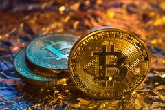 Монетка bitcoin Cryptocurrency физическая золотая на красочном backgrou Стоковое Изображение