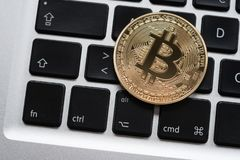 Монетка Cryptocurrency Bitcoin на клавиатуре ноутбука компьютера стоковые фото