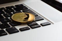 Монетка cryptocurrency Ethereum над клавиатурой стоковая фотография rf