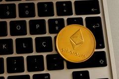 Монетка cryptocurrency Ethereum над клавиатурой стоковые изображения rf
