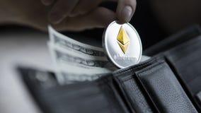 Монетка Ethereum и 100 долларов счетов в кожаном бумажнике Ethereum с долларом в портмоне Выгода от минировать секретный Стоковые Фотографии RF