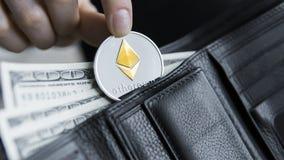 Монетка Ethereum и 100 долларов счетов в кожаном бумажнике Ethereum с долларом в портмоне Выгода от минировать секретный Стоковая Фотография