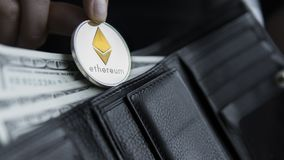 Монетка Ethereum и 100 долларов счетов в кожаном бумажнике Ethereum с долларом в портмоне Выгода от минировать секретный Стоковые Изображения RF