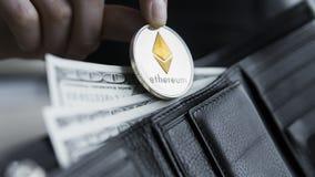 Монетка Ethereum и 100 долларов счетов в кожаном бумажнике Ethereum с долларом в портмоне Выгода от минировать секретный Стоковое Фото