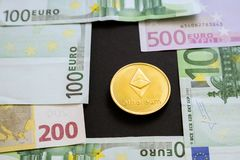 Монетка Ethereum рядом с бумажными деньгами евро на черной предпосылке r Счеты евро рядом с секретной монеткой стоковые изображения rf