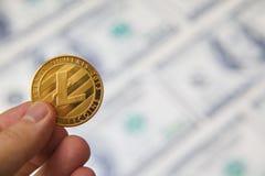 Монетка Lite в мужской руке, съемке макроса стоковая фотография rf
