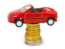 монетки автомобиля штабелируют игрушку стоковые фото
