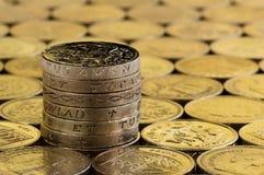 Монетки английского фунта в аккуратном стоге Стоковая Фотография RF
