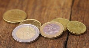 Монетки английского фунта и евро Стоковые Изображения