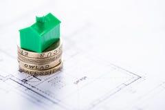 Монетки английского фунта покупая новый дом Стоковые Изображения RF