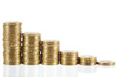 Монетки английского фунта стерлинговые в уменьшая высотах Стоковая Фотография RF