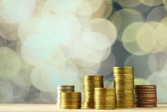 Монетки валюта отражение дег дома имущества принципиальной схемы реальное Стоковые Фотографии RF