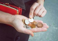 Монетки в женских руках, селективном фокусе Стоковое фото RF