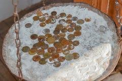 Монетки в муке в балансе Рубли и копейки Стоковые Фотографии RF