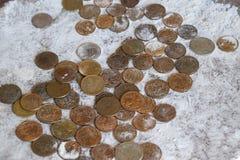 Монетки в муке в балансе Рубли и копейки Стоковое Фото