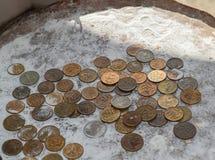 Монетки в муке в балансе Рубли и копейки Стоковая Фотография