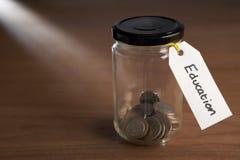 Монетки в опарнике варенья стоковое фото