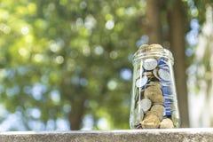 Монетки в стеклянном опарнике Стоковое фото RF