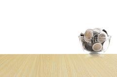 Монетки в стеклянном опарнике на деревянном поле, сбережения чеканят - концепция денег сбережений концепции вклада и интереса, ра Стоковое Изображение