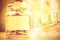 Монетки в стеклянном опарнике с пустым ярлыком для сохранять денег финансовый Стоковое Изображение