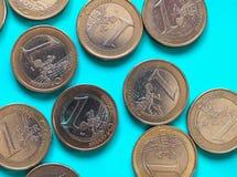 монетки 1 евро, Европейский союз над зеленой синью Стоковая Фотография RF