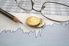 Монетки евро и линия диаграмма Стоковое Изображение RF