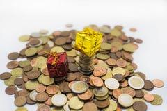 Монетки евро и малые декоративные настоящие моменты Стоковые Фотографии RF