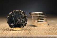 Монетки евро на таблице Стоковые Фото