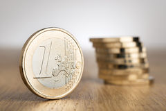 Монетки евро на таблице Стоковое Фото