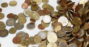 Монетки евро падая против белой предпосылки, акции видеоматериалы