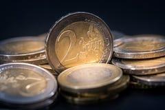 монетки евро с отражением на черной таблице Стоковая Фотография