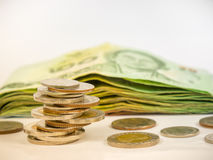 Монетки денег тайского бата и банкноты королевства Таиланда Стоковые Фотографии RF