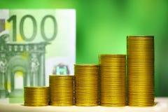монетки диаграммы Финансовые деньги концепции роста 100 счетов евро i Стоковые Фото