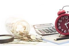 монетки и банкнота доллара на белой предпосылке Стоковые Фотографии RF