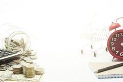 монетки и банкнота доллара на белой предпосылке Стоковое Изображение