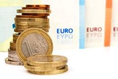 Монетки и банкноты евро на белой предпосылке темпы роста девизов в долларах принципиальной схемы 3d понижаясь Торговая операция ф стоковое изображение