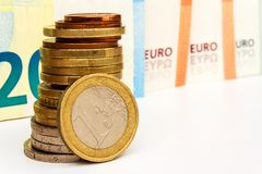 Монетки и банкноты евро на белой предпосылке темпы роста девизов в долларах принципиальной схемы 3d понижаясь Торговая операция ф стоковые фотографии rf