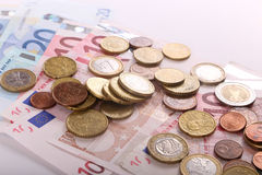 Монетки и банкноты евро стоковое изображение