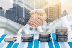 Монетки и бизнесмены рукопожатия Стоковые Изображения RF