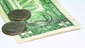 6 монетки и долларовых банкнот на белой поверхности