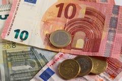 Монетки и кредитки евро денег стоковые фотографии rf