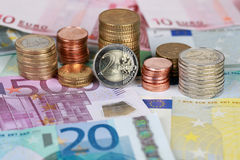 Монетки и кредитки евро Стоковые Фото