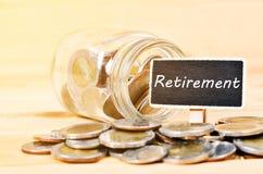 Монетки и пенсионный план на деревянной бирке стоковые изображения rf