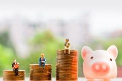 Монетки и престарелое на предпосылке природы; сбережения денег стоковые фотографии rf