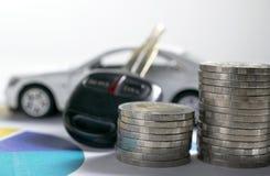 Монетки крупного плана с ключевым автомобилем и автомобилем забавляются на задней части также завертывают gr в бумагу стоковая фотография