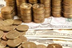 Монетки на бумажном евро Стоковые Фотографии RF